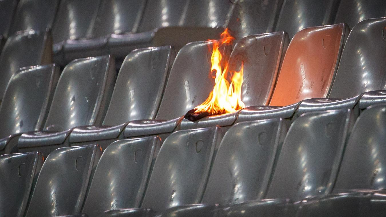 Des supporters du Cercle allument un feu en tribune (photos)