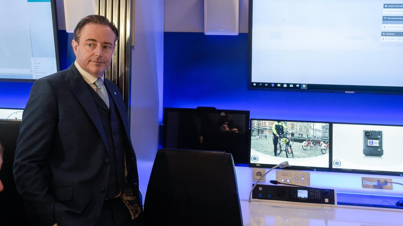 Bart De Wever sort du silence et charge Paul Magnette