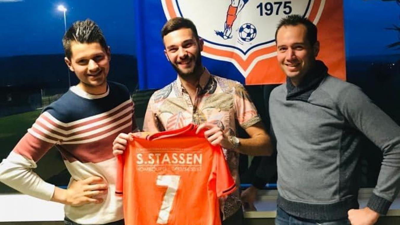 Charly Meessen pose avec son futur maillot.