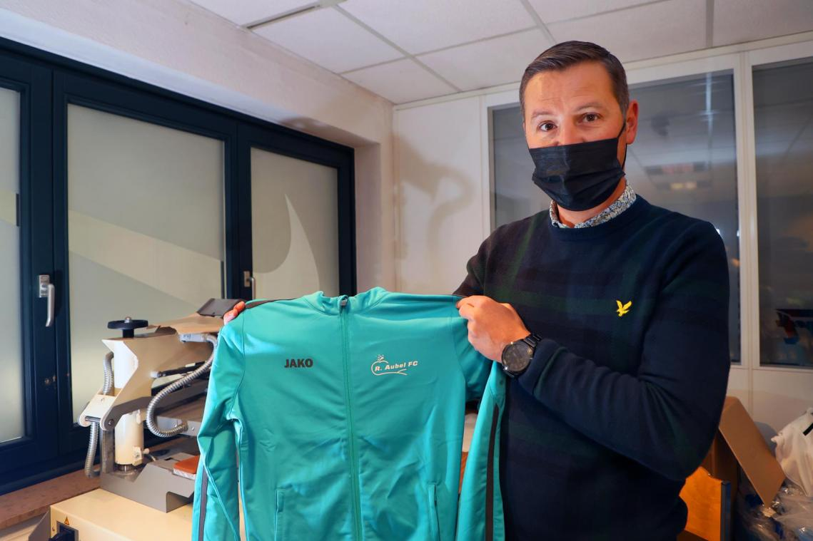 Christophe Eussen arbore une veste à l'effigie du Royal Aubel Football Club.