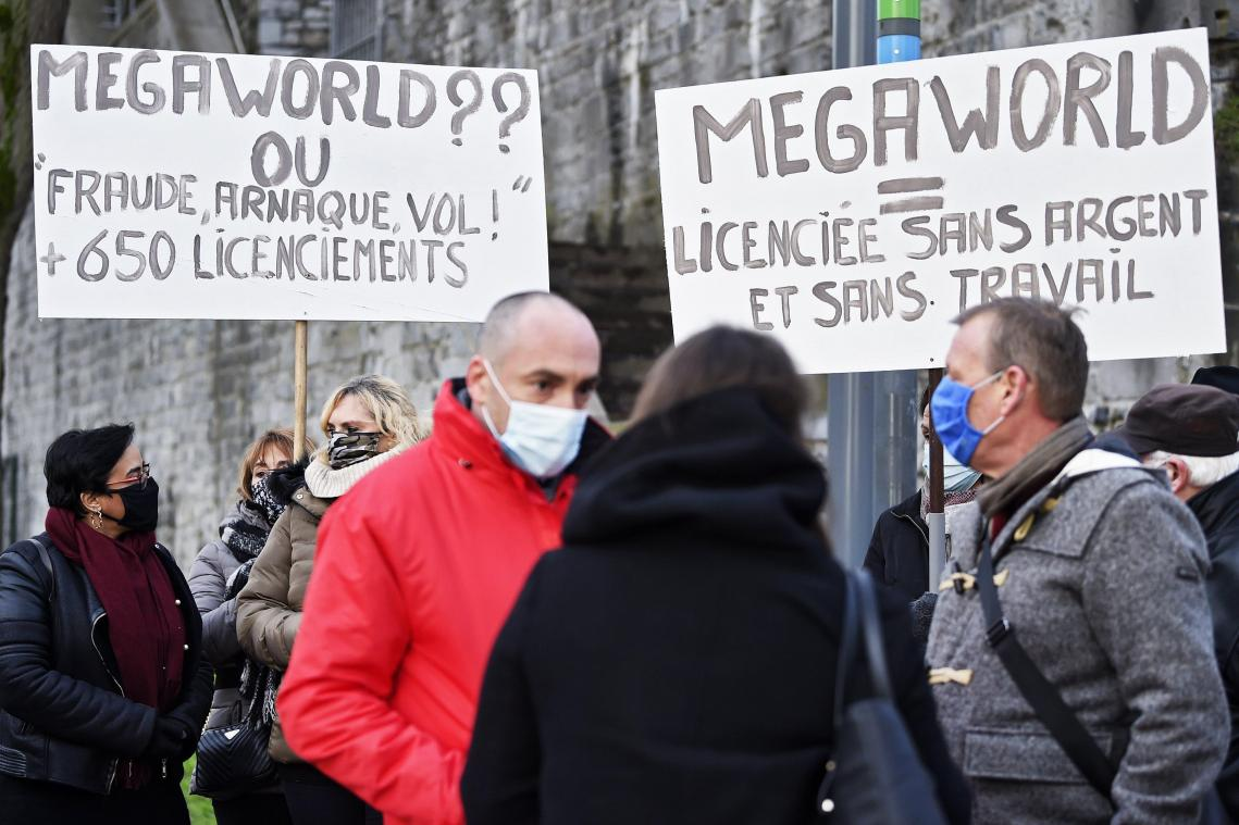 Le personnel de Mega World devant le Parlement wallon à Namur