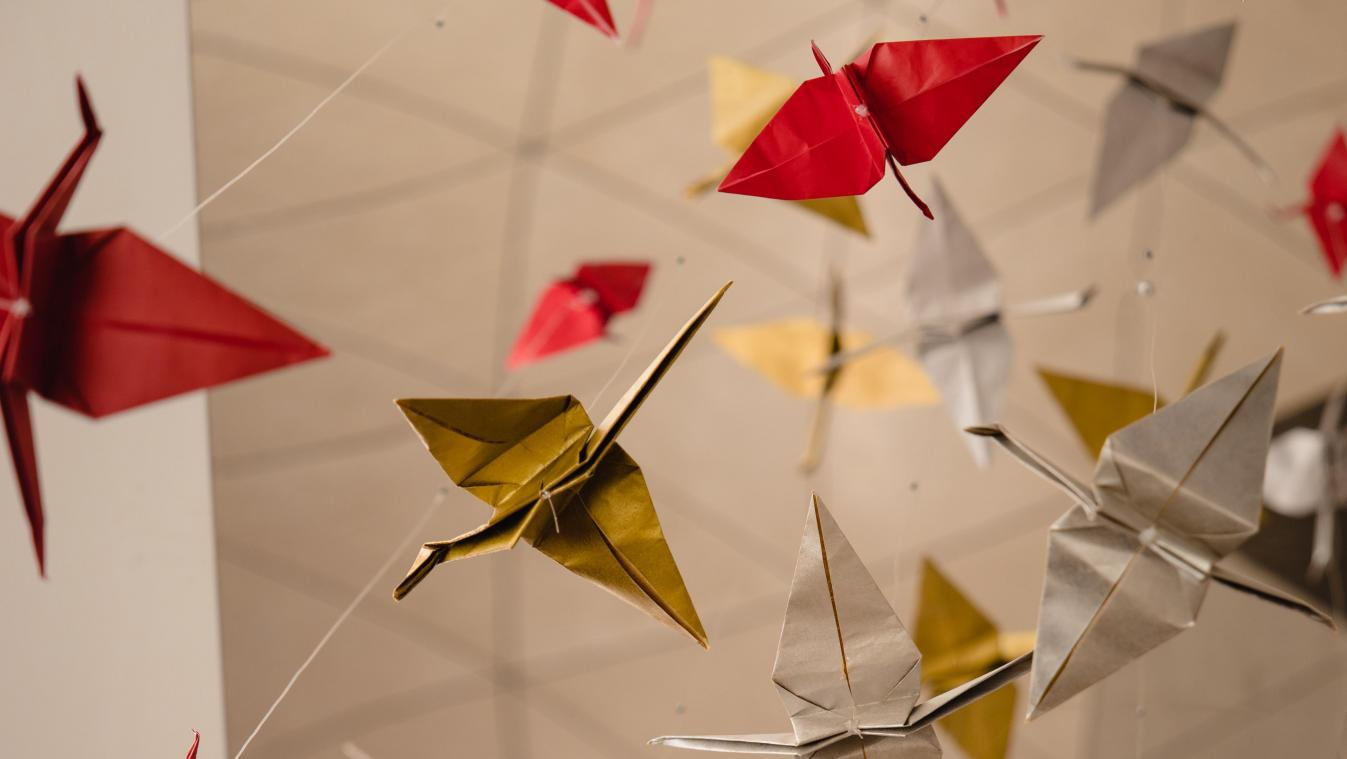 Accrocher un origami en hommage collectif au deuil, une initiative luxembourgeoise