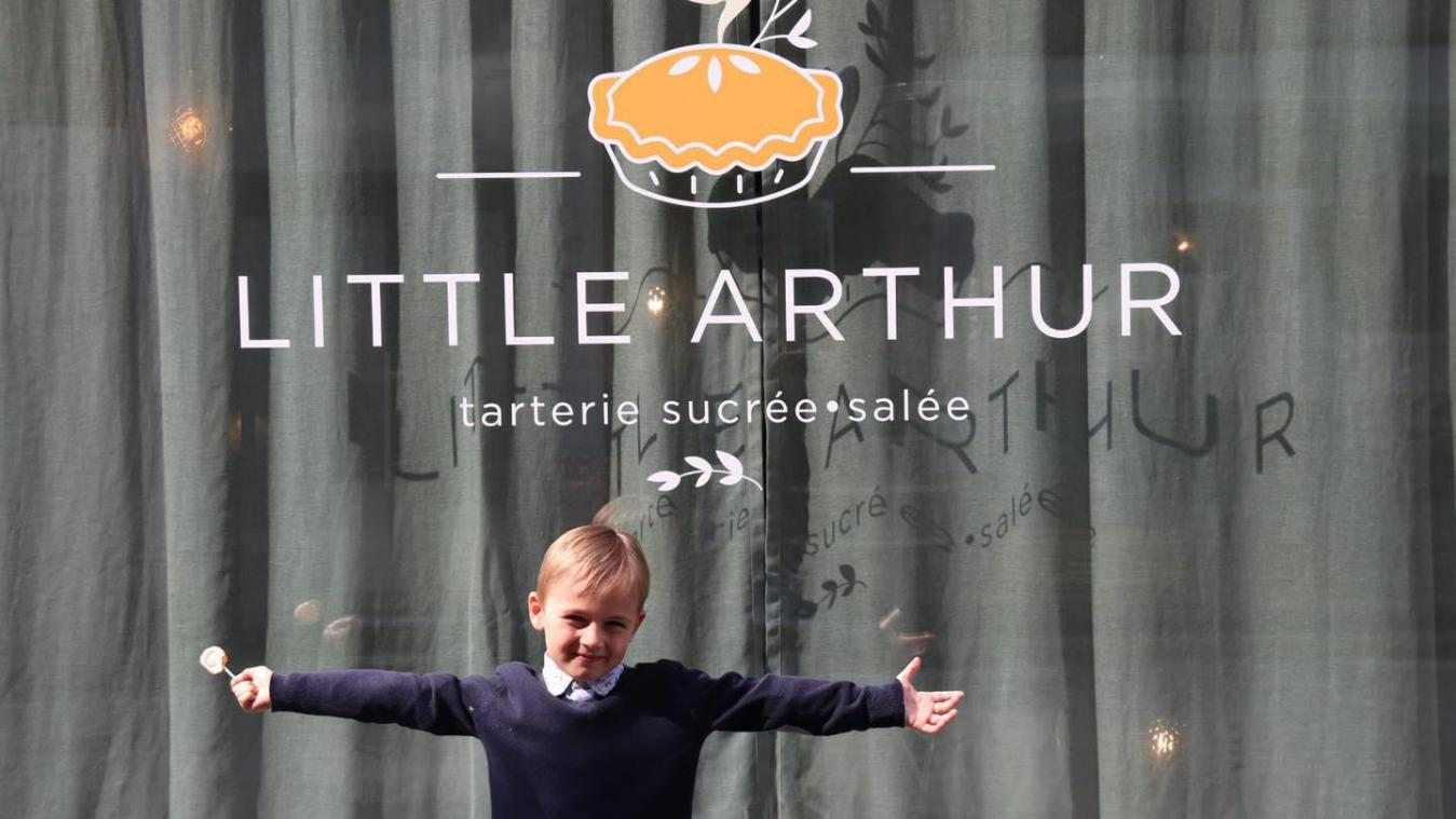 Le petit Arthur devant le commerce de ses parents.